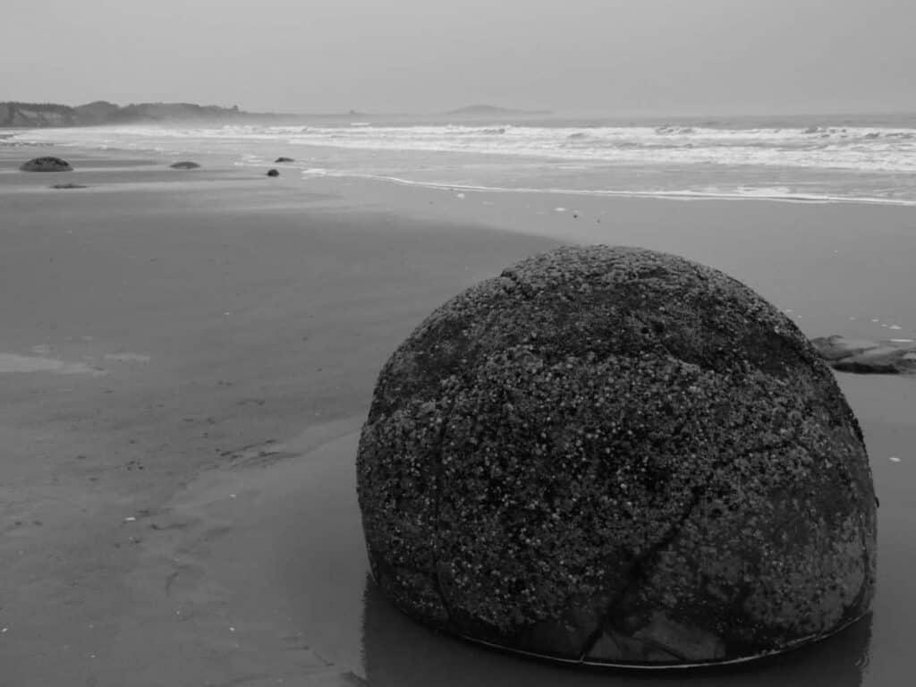 new-zealand-south-island-moeraki-boulder-black-and-white