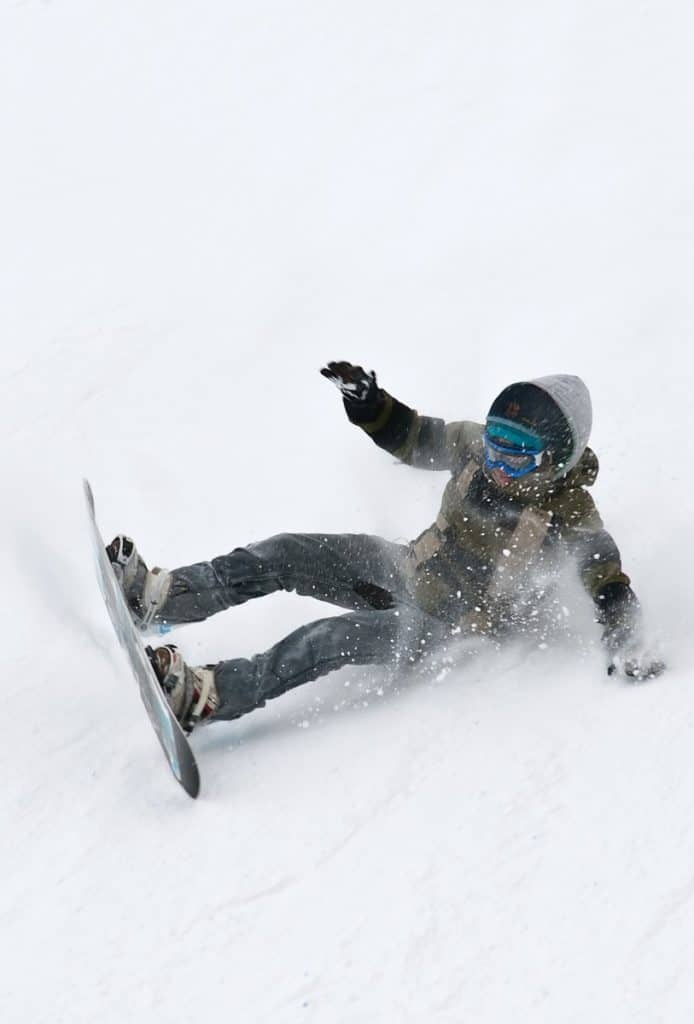 guy-falling-on-rear-while-snowboarding